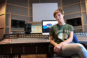 Casey Riorden från USA vill hitta sin musikaliska identitet på låtskrivarlägret i Örebro.